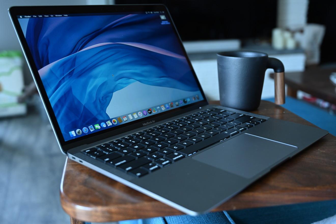Перерыв на кофе во время работы на MacBook Air 2020